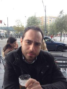 Γιάννης Αλμπανούδης, 32 ετών, απόφοιτος πολιτικών επιστημών, εργάζεται στην Ευρωπαϊκή Επιτροπή, στο Βέλγιο