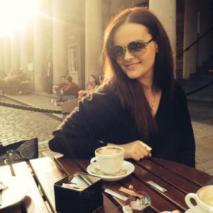 Ρομίνα Τζανίδου. 23 ετών, απόφοιτος τμήματος  Γλώσσας, Φιλολογίας και Πολιτισμού Παρευξείνιων Χωρών. Εργάζεται σε εστιατόριο ξενοδοχείου, στην Αγγλία