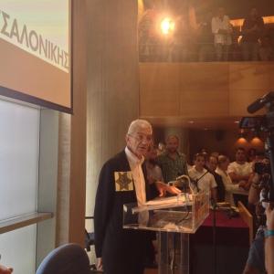 Ο δήμαρχος Θεσσαλονίκης, Γιάννης Μπουτάρης, με το αστέρι που οι ναζί ανάγκαζαν τους εβραίους να φορούν