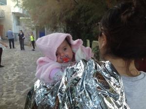 Η μικρή Σύρια Τζούλι γεννήθηκε στην Τουρκία, και λίγο αργότερα επιβιβάστηκε με τους γονείς της σε μια βάρκα που την έβγαλε στη Συκαμνιά Φωτ. Σ.Χρ.